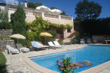 Rymlig och vacker provensalsk villa med pool nära Mougins