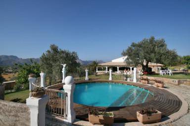 Lantligt och luxuöst med uppvärmd pool