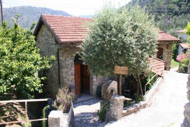 Modern design i konstnärlig tappning i denna renoverade olivkvarn