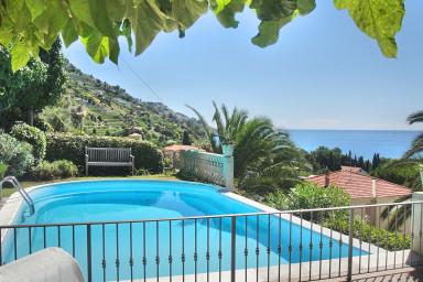 Villa med privat pool, vid havet och med underbar sjöutsikt