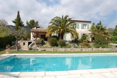 Smakfull villa med stor tomt, privat pool och egen boulebana