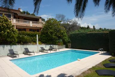 Vacker villa med härlig planlösning och panoramautsikt över havet