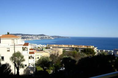 Nyrenoverad lägenhet med 50 kvm terrass och utsikt mot havet