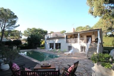 Magnifik familjevilla med stor tomt, pool och boulebana