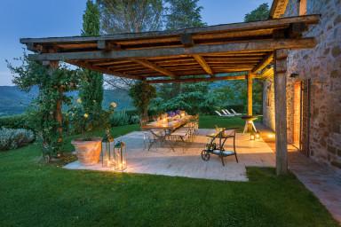 Pittoresk villa med vacker pool och långtgående utsikt över landsbygden