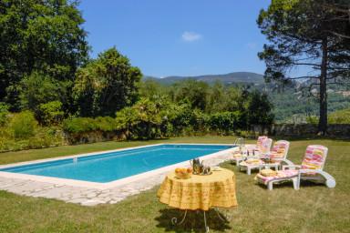 Generös villa med privat pool och stor grön tomt med plats för solbad