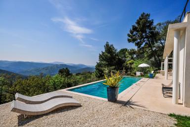 Fashionabel villa med grandios utsikt över omgivande kullar