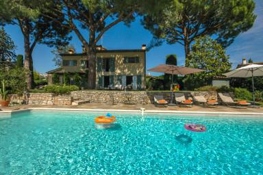 Distinkt medelhavskänsla i denna underbara villa med pool och utsikt