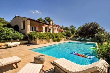 Ljust och vackert hus med stor terrass och pool