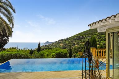 Villa med underbart läge och härlig pool