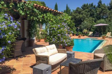 Modern och charmig villa med pool