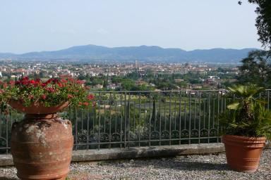 Vacker villa på bergskullarna i Toscana med underbar utsikt