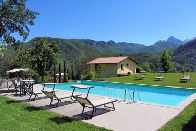 Härlig villa med stor tomt och vacker utsikt över bergen i Toscana