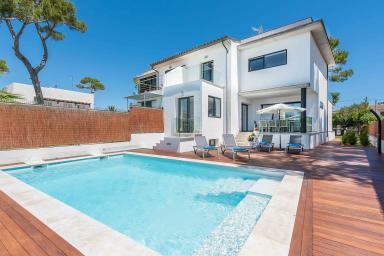 Modern villa med pool och 450 meter till havet