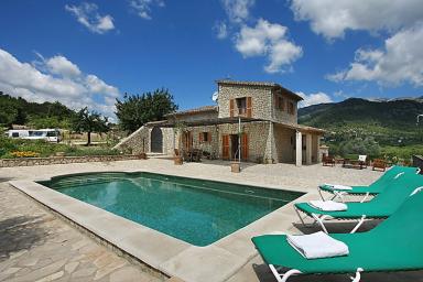 Modern villa med pool omgiven av öppna fält