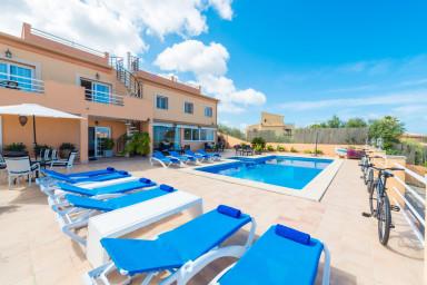 Rymlig, läcker villa med pool och inbjudande terrass för maximal njutning