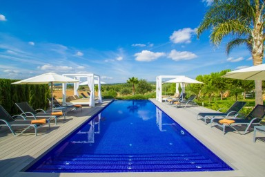 Sober lyxvilla med pool, gigantisk veranda och magnifik utsikt