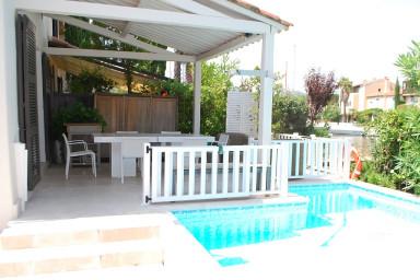 Maison rénovée avec piscine, clim, WIFI et amarrage 10m