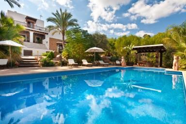Tilltalande villa med pool i mycket vackert och fridfullt område