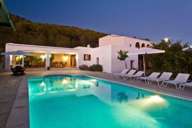 Enastående 330 år gammal egendom med vacker trädgård och pool