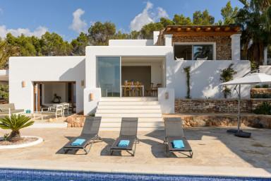 Nybyggd villa med pool och havsutsikt i alla riktningar