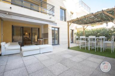 En plein centre, rénové avec belle terrasse