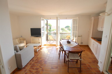 Pretty renovated 2-room apartment with a large balcony and a 12m mooring