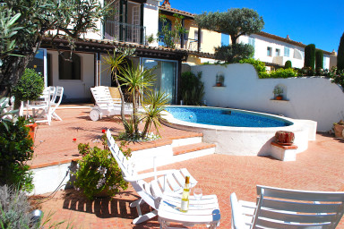 Exceptional house with swimming-pool and mooring