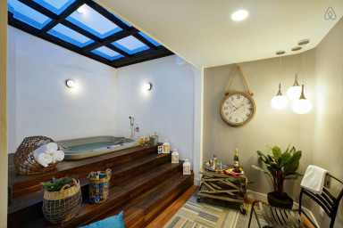 Huge Hot Tub Apartment in Exciting Neighborhood
