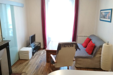 2 rooms near metro in an alive district of Paris