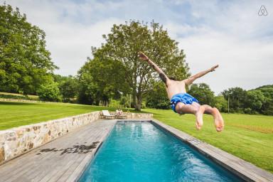 La magnifique piscine et le splendide jardin