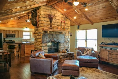 Hell Creek Lodge ~ totally private 9 bedrooms near town