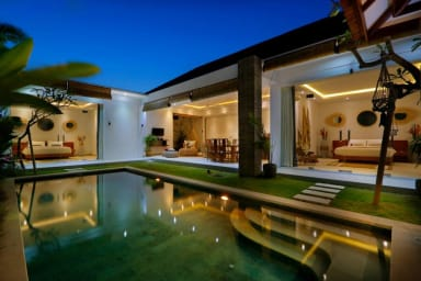 Trendy Private Villa, 2 BR, Seminyak Center w/ staff