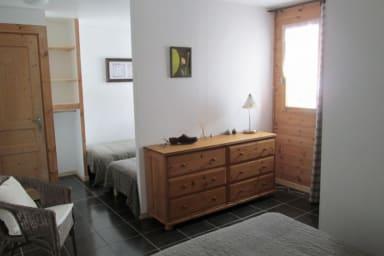 Chambre lumineuse avec un grand lit et deux petits !