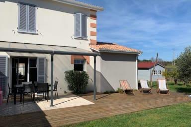 façade maison coté jardin avec terrasse
