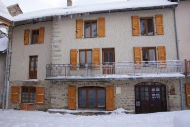 Façade maison en hiver