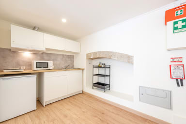 Bright Minimalist Home - 7 mins from Santos Station