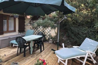Terrasse dediée avec mobilier de jardin et barbecue