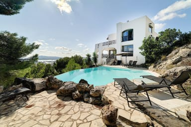 Superb and atypical villa with pool and splendid view in Toulon - Welkeys