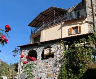 Hus med solterrass mot dal och berg