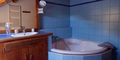 La salle de bain avec baignoire.