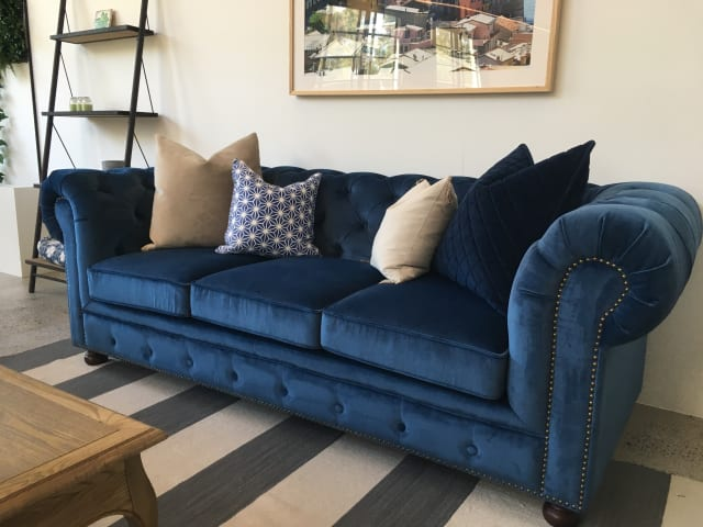 Notting hill velvet chesterfield 3.5 seater sofa bed ocean blue 01