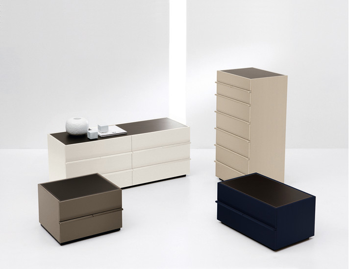 Aki: Bedside table with 2 drawers and top in hard leather