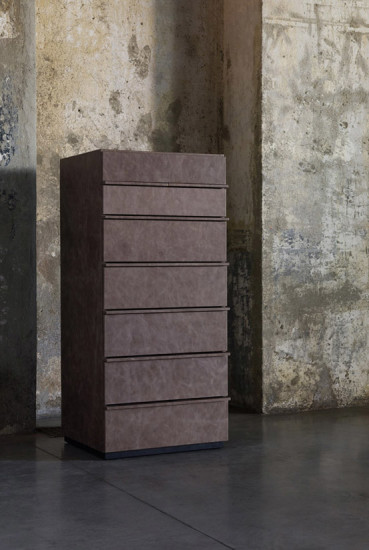 Aki: 7 drawers unit with top in hard leather