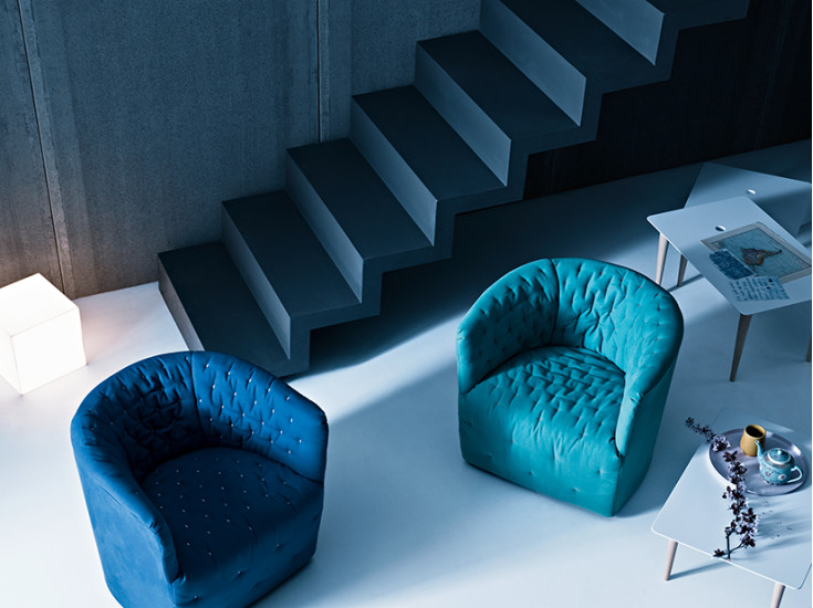 Amélie: Armchair upholstered in fabric or leather