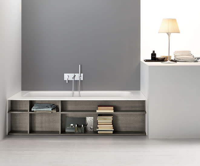 KellyBook: Corner bath with built-in shelves