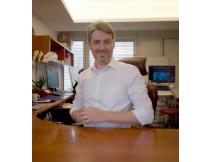 Dr  gregor blome am schreibtisch maske 424 466fzxns4