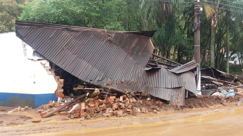 Manhã revela os estragos do temporal em Lacerdópolis
