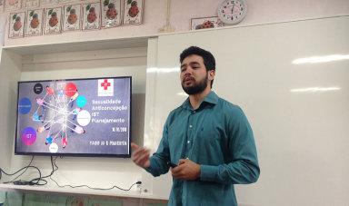 Acadêmico do curso de Medicina da Unoesc idealiza projeto que informa e esclarece alunos das escolas