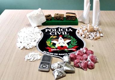 Drogas apreendidas com 5 integrantes da quadrilha que já estavam presos.
